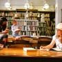 Profesora och Styret i biblioteket. Uje Brandelius i bakgrunden. Foto: Åse Bengtsson
